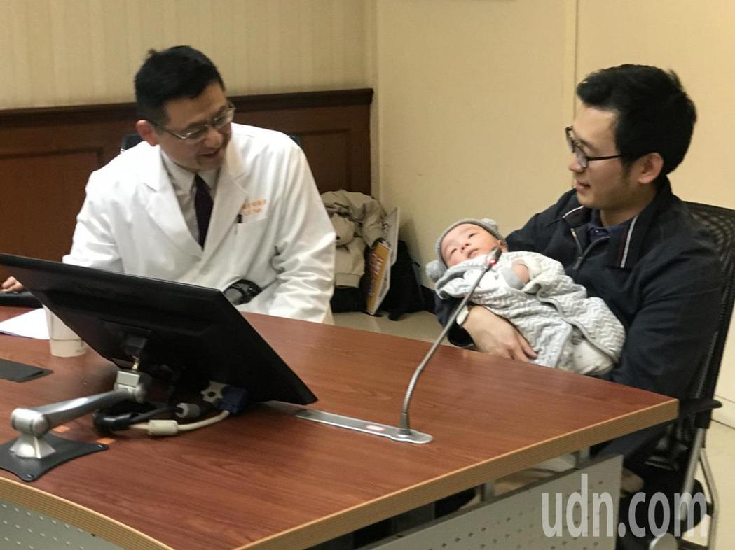 新手爸爸陶先生(右),今天也抱著兩個月大的小朋友現身分享。他說其實孩子出生滿月後...