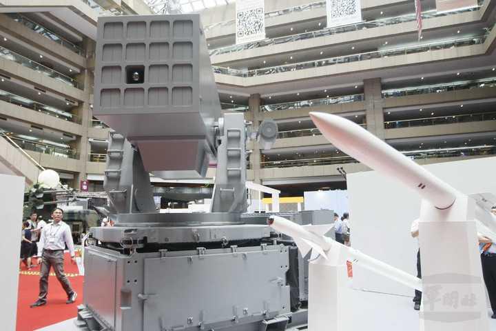 劍羚系統的16聯裝發射箱,使用方陣快砲的底座。右方為海劍羚飛彈(下)與艦射天劍二...