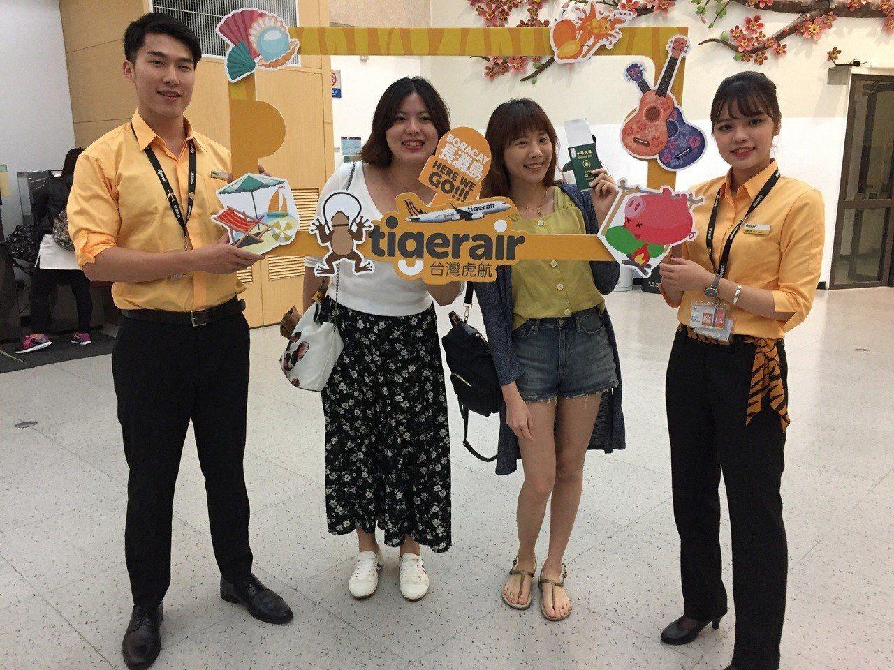 虎妞虎寶與搭乘首航旅客合照。圖/台灣虎航提供