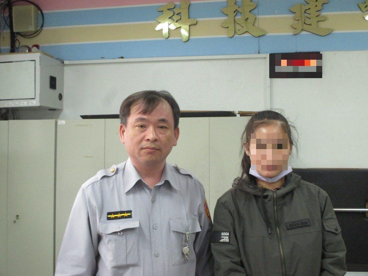 警員林志營(左)轉介區公所與各慈善單位申請補助,幫助22歲單親小媽媽(右)度難關...