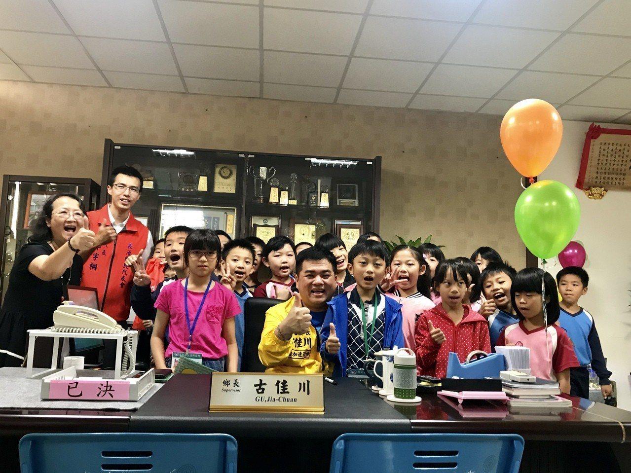 長治鄉公所兒童節舉辦「一日鄉長體驗」,鄉長辦公椅人人都想坐。記者江國豪/攝影