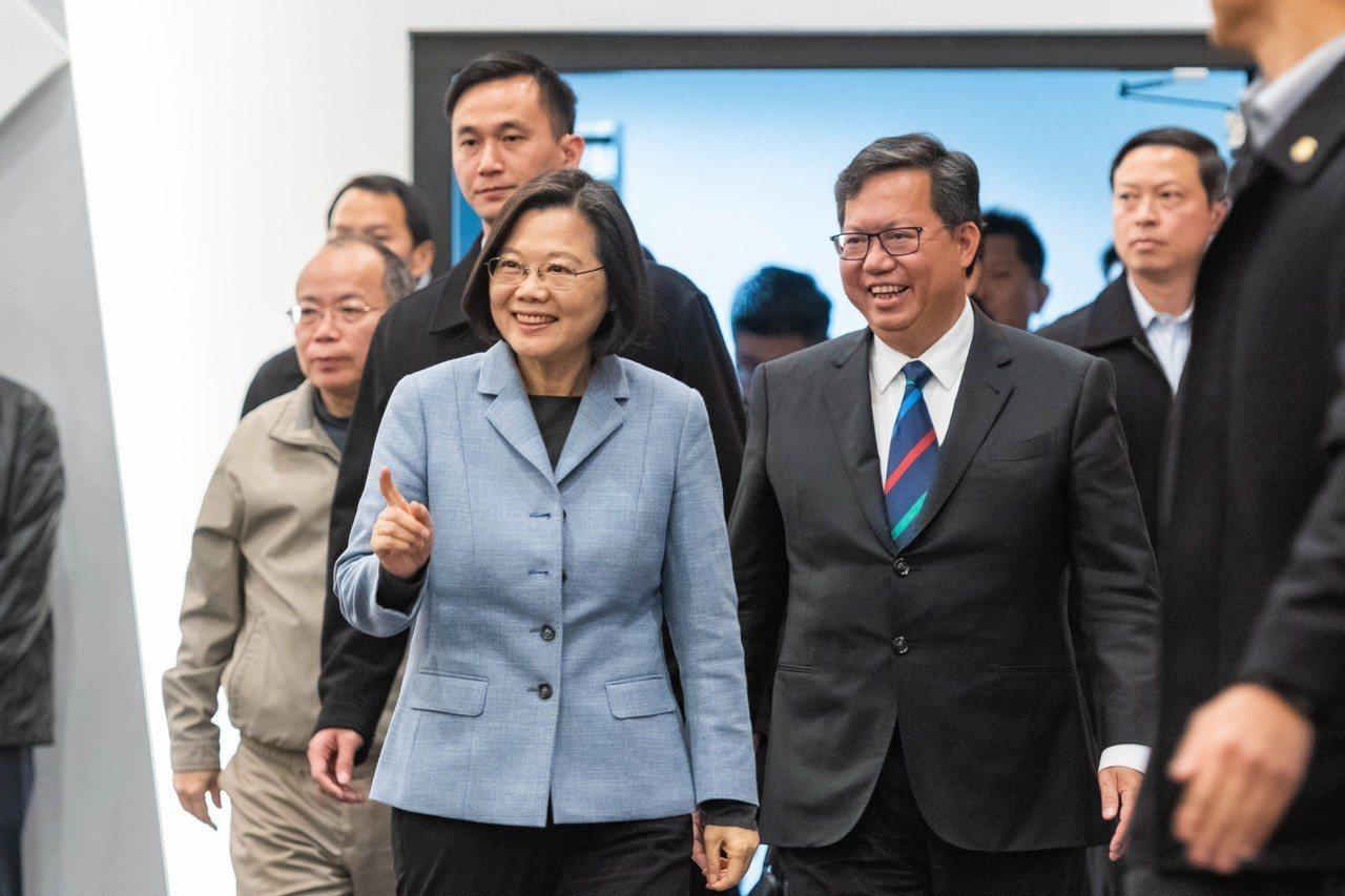 總統蔡英文(左)去年底到桃園市政府進行市政座談,與桃園市長鄭文燦(右)一起步入會...