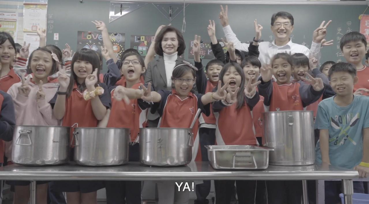 宜蘭縣長林姿妙拍攝兒童節短片,要孩子回家感恩、擁抱爸媽,主動表達心中的愛。圖/擷...