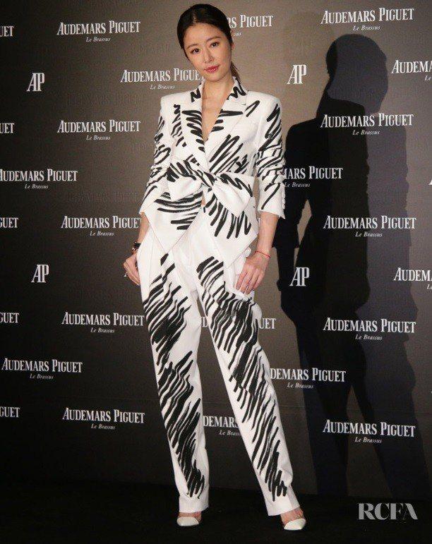 林心如近日出席活動時穿了Moschino塗鴉西裝,這身造型登上國外知名時尚評論網...