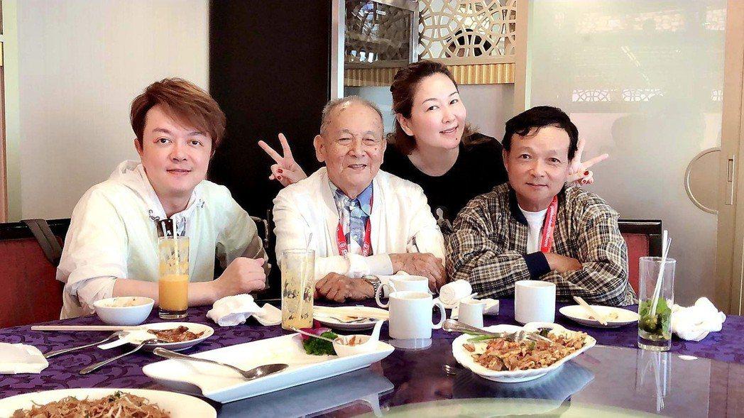 翁立友(左起)帶96歲的阿公和張秀卿一起工作兼度假。圖/Golden Desti...