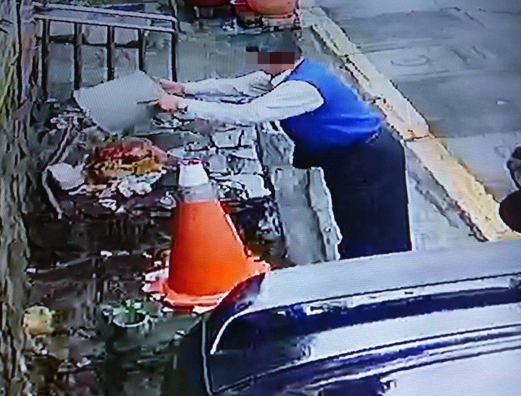 基隆市劉姓老婦平日從事垃圾資源回收,某日眼見有件破舊雨衣在垃圾堆上,以為是人家拋...