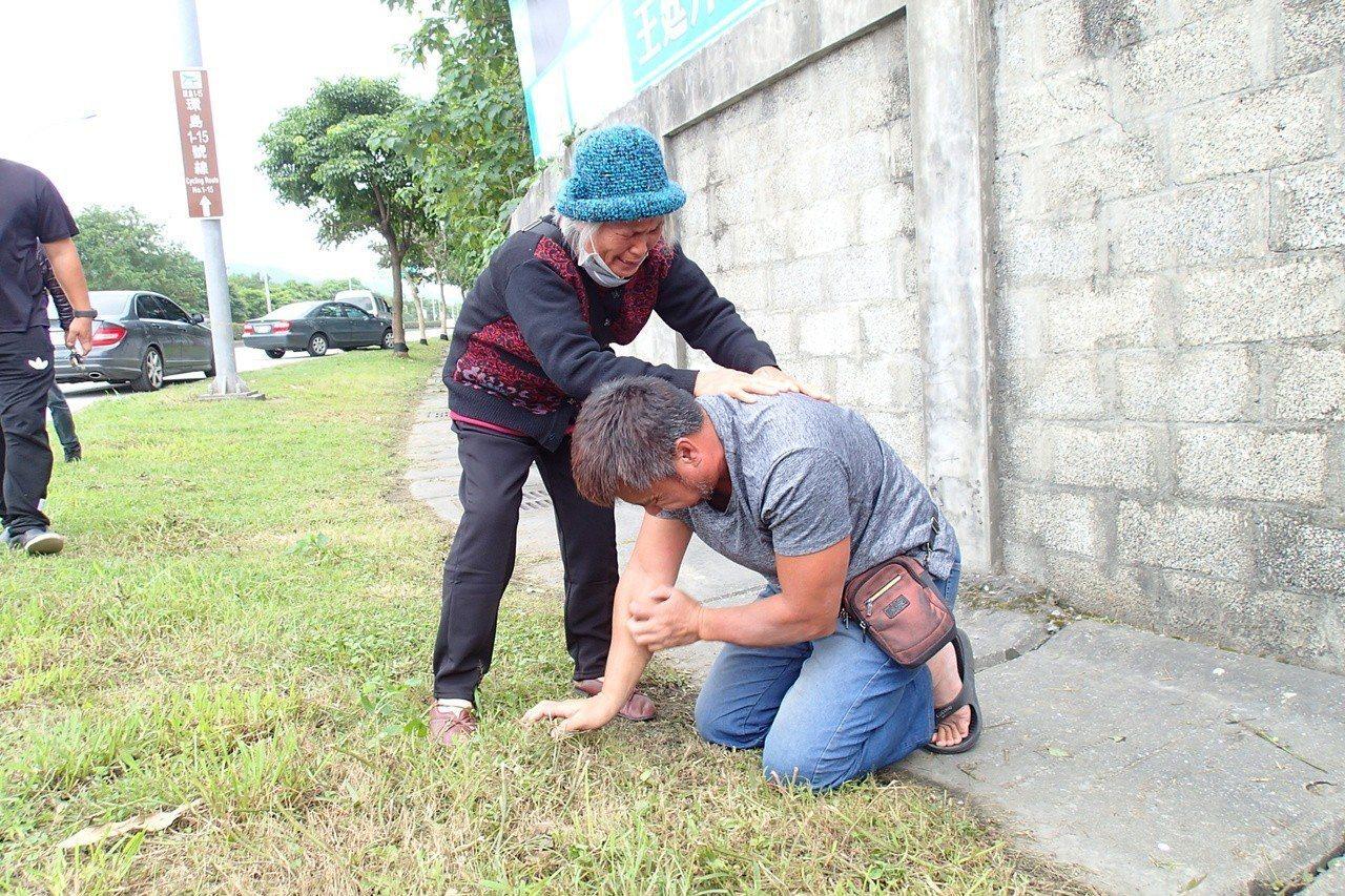 王男向死者妹妹下跪道歉。記者/余衡攝影
