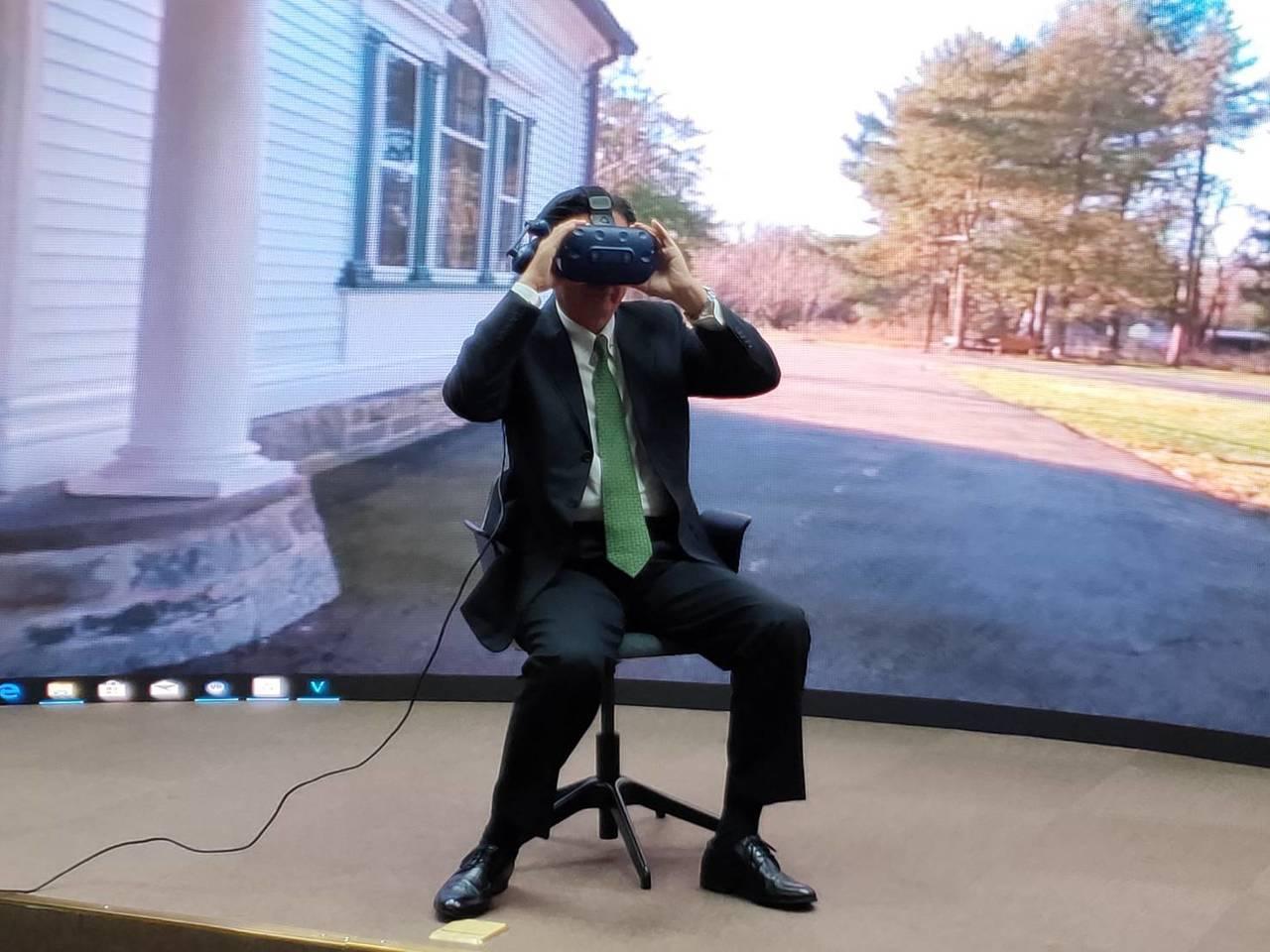 外交部長吳釗燮體驗VR影片。記者徐偉真/攝影