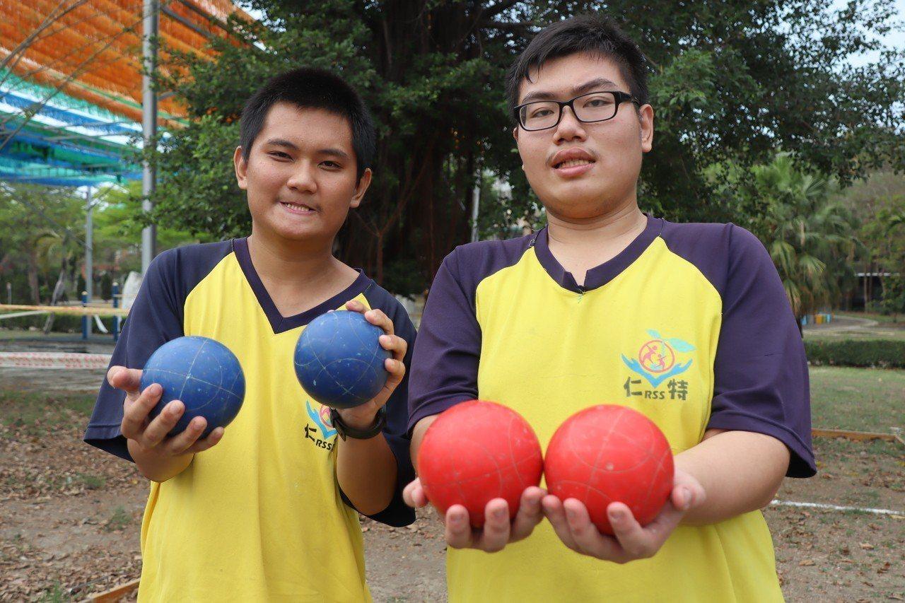 仁武特教選手李東東(左)與潘建宏(右),是高三的同班同學,一起練滾球培養絕佳默契...