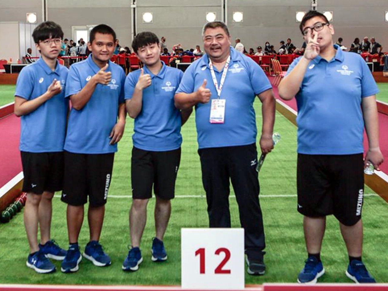 仁武特教學校選手李東東(左二)與潘建宏(右一),感謝融合夥伴與教練沈成駿(右二)...