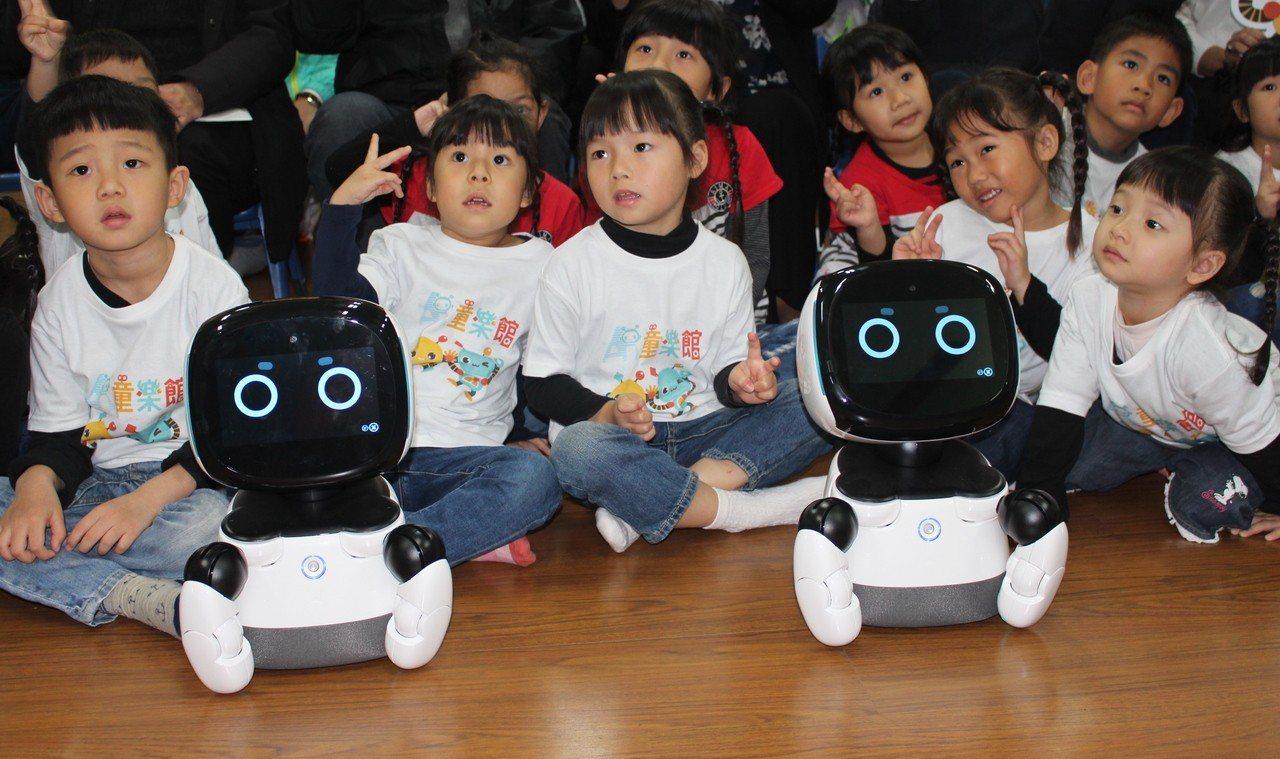 新竹市是全台第一個將機器人引進幼兒園與親子館,設置AI陪伴平台的城市,預計7月完...