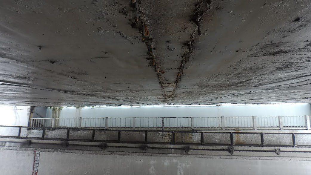 新竹市西大路地下道有排水問題、環境老舊、牆面斑駁、結構剛性疑慮等問題。圖/施乃如...