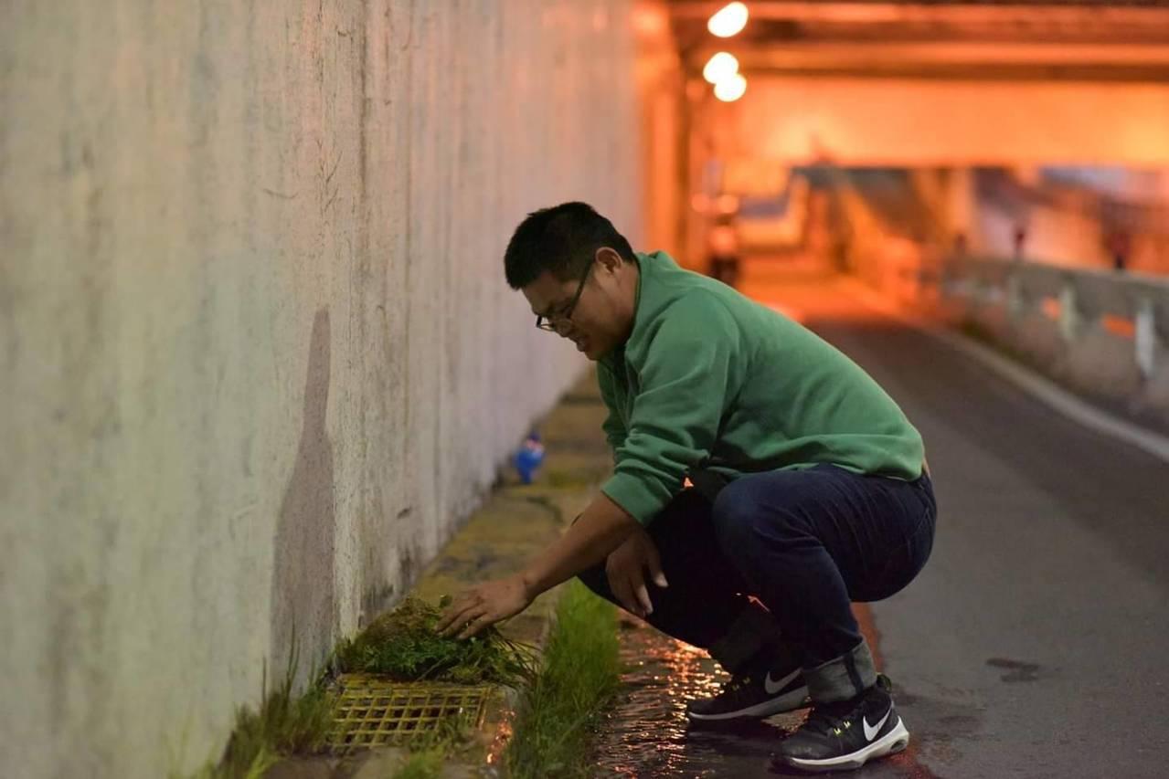 施乃如服務團隊趁著深夜進行清除淤泥與雜草作業。圖/施乃如團隊提供