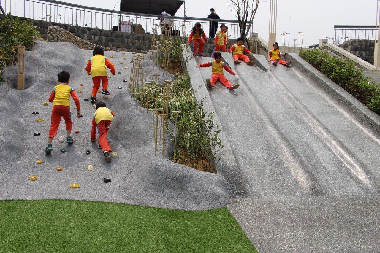 「新竹水道取水口」展示館有戶外攀岩、滑梯與水池。記者張雅婷/攝影