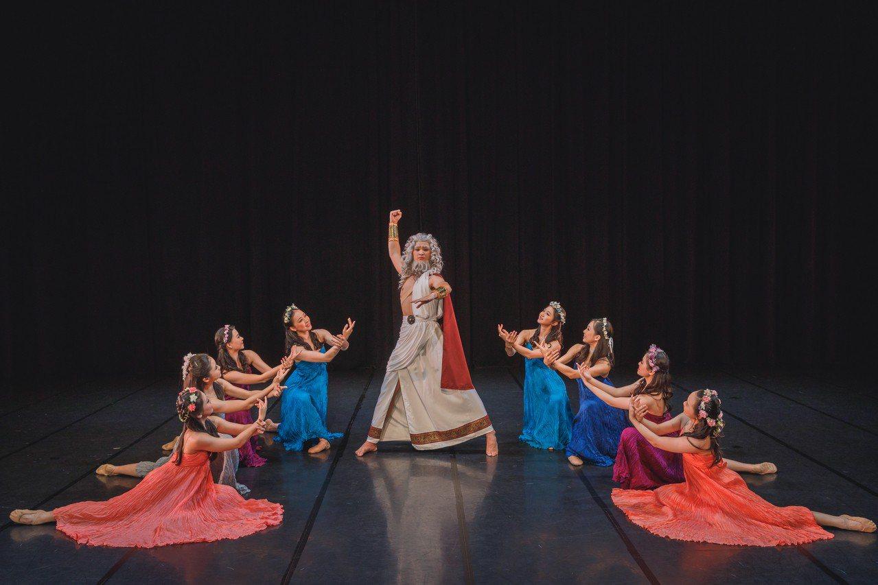 高雄春藝樂舞計畫推出《台灣四季X亞特蘭提斯傳說》,舞者舞出亞特蘭提斯。圖/高雄市...