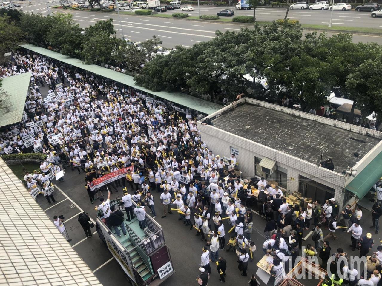 千名租賃業者包圍士林監理站抗議。記者侯俐安/攝影