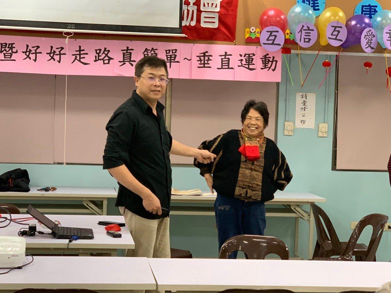 新竹犯罪被害人保護協會志工王耀賢(左),深入社區向長者分享正確的運動觀念與姿勢。...