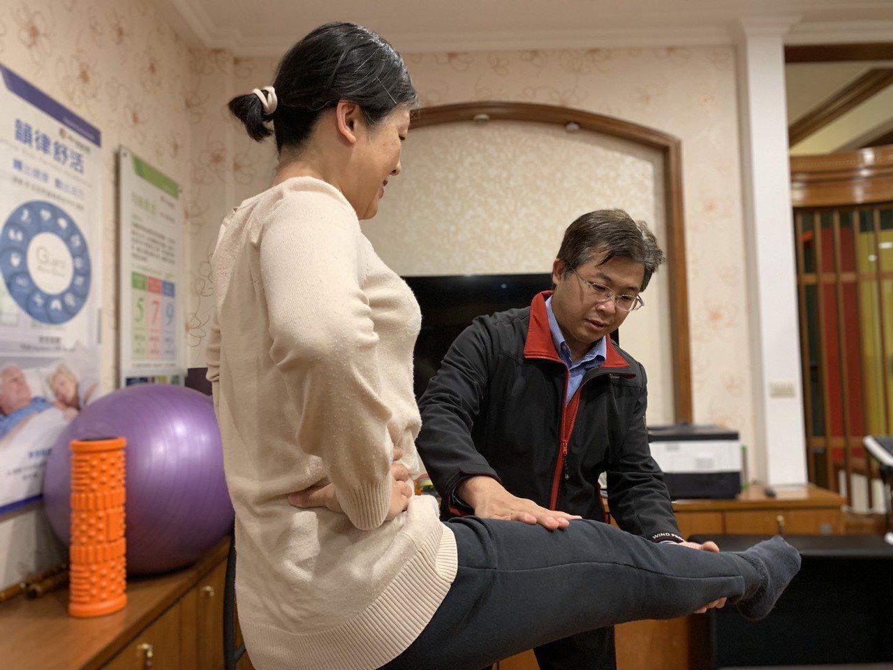 新竹犯罪被害人保護協會志工王耀賢(右),向長者分享正確的運動觀念與姿勢。記者郭宣...