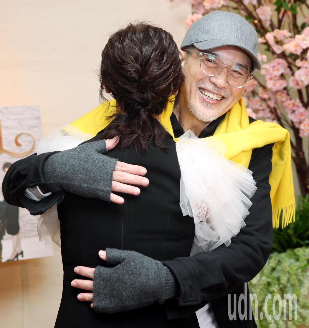 久未見面的秦漢與翁虹一見面就來個大擁抱。記者侯永全/攝影