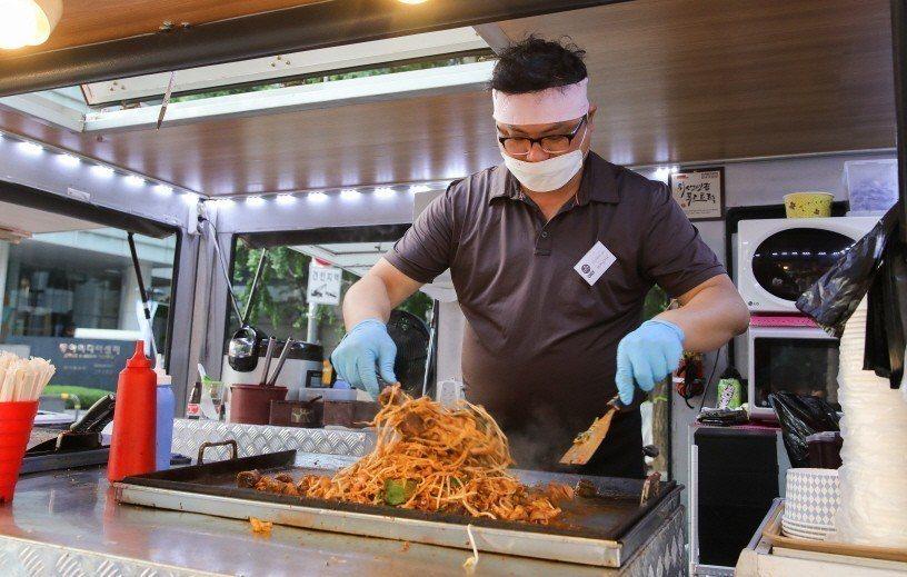 夜市內也能品嚐到來自韓國與各地的美食。圖/取自活動官網