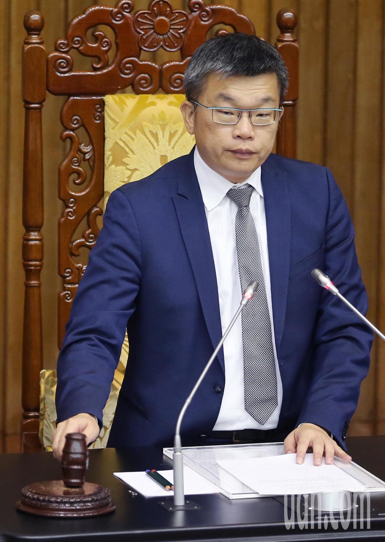 立法院副院長蔡其昌(圖)下午敲槌,三讀通過「運輸事故調查法修正案」、「飛航安全調...