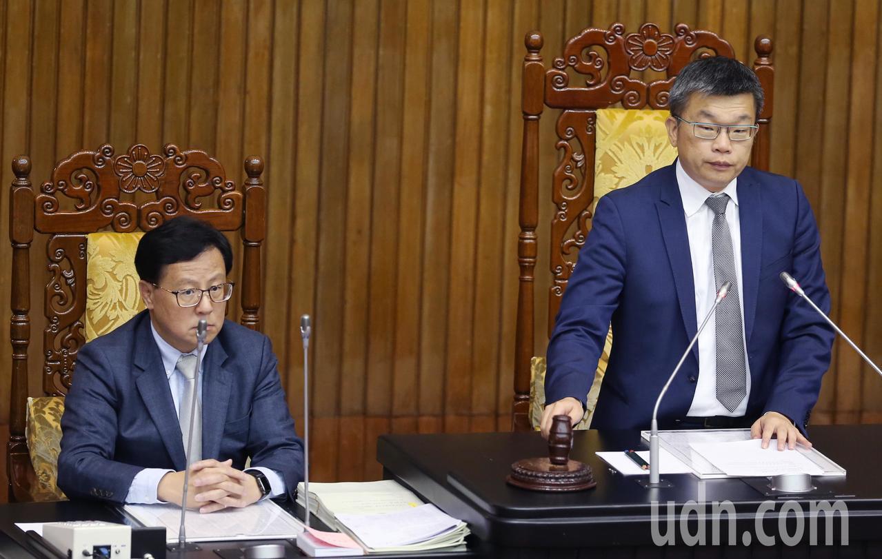 立法院副院長蔡其昌(右)下午敲槌,三讀通過「運輸事故調查法修正案」、「飛航安全調...