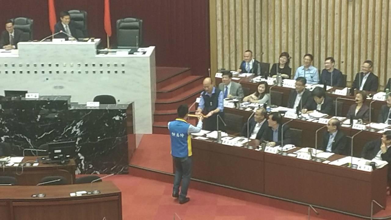 國民黨高市議員鍾易仲送上一把「獨孤九劍」給韓國瑜,韓接下並笑說:「這把劍太短了吧...