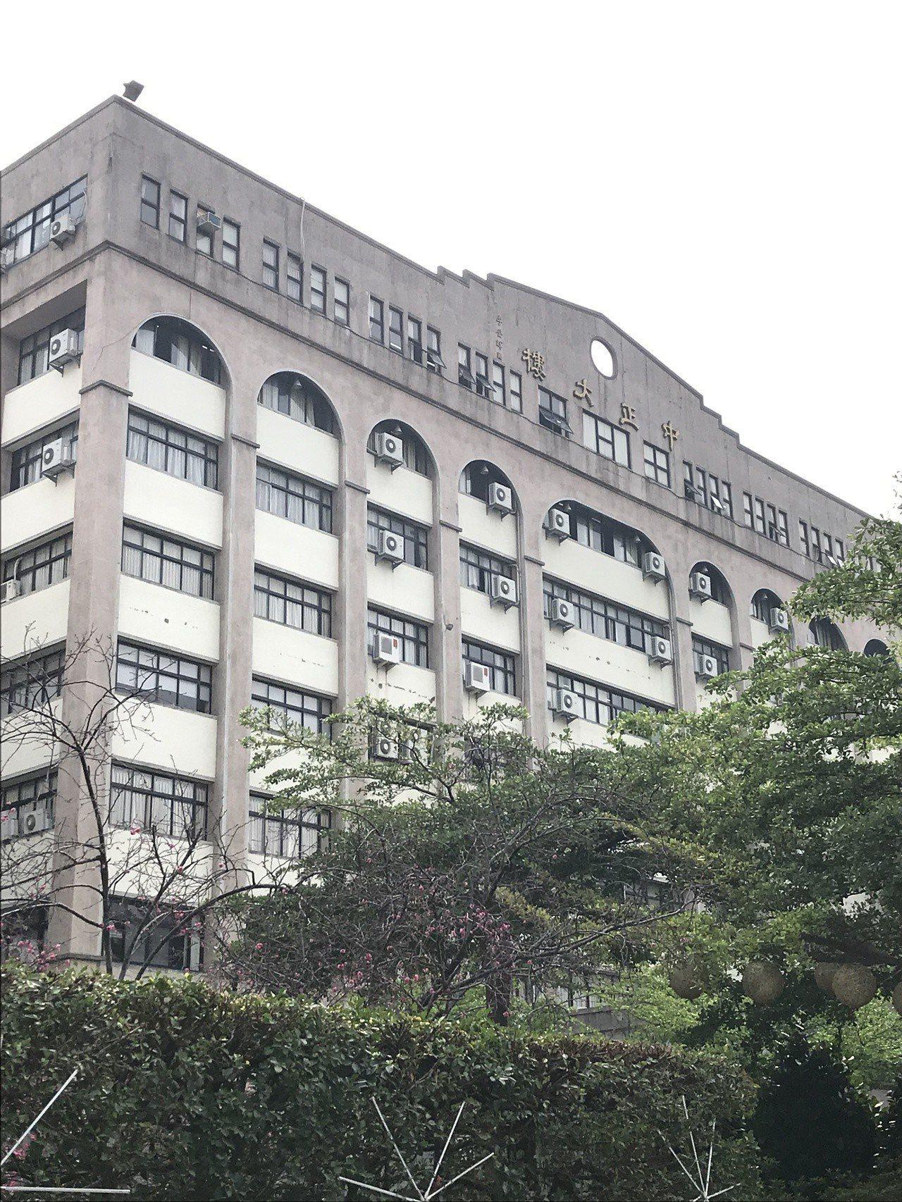 台中科技大學今天下午驚傳女學生從中正大樓7樓墜樓送醫不治,警方初步排除他殺,進一...