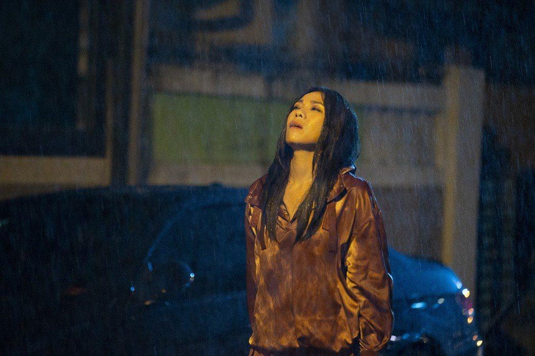 蔡健雅在「遺書」MV以一鏡到底的方式演出。圖/環球提供