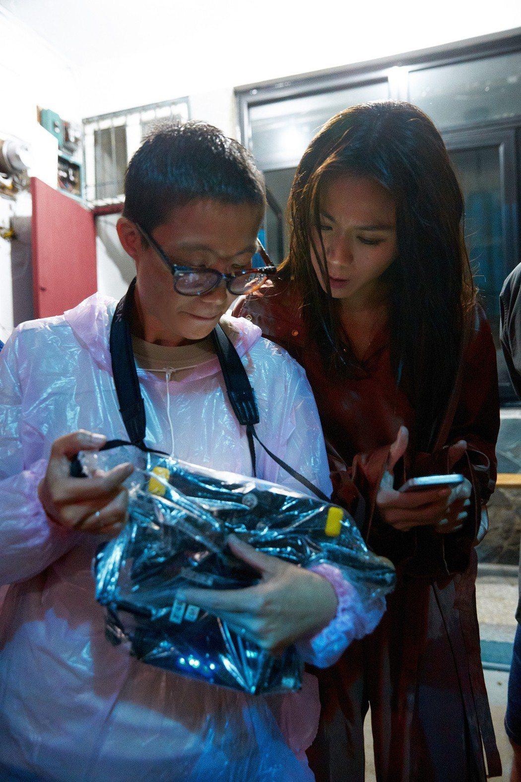 蔡健雅(右)邀來余靜萍執導「遺書」MV。圖/環球提供