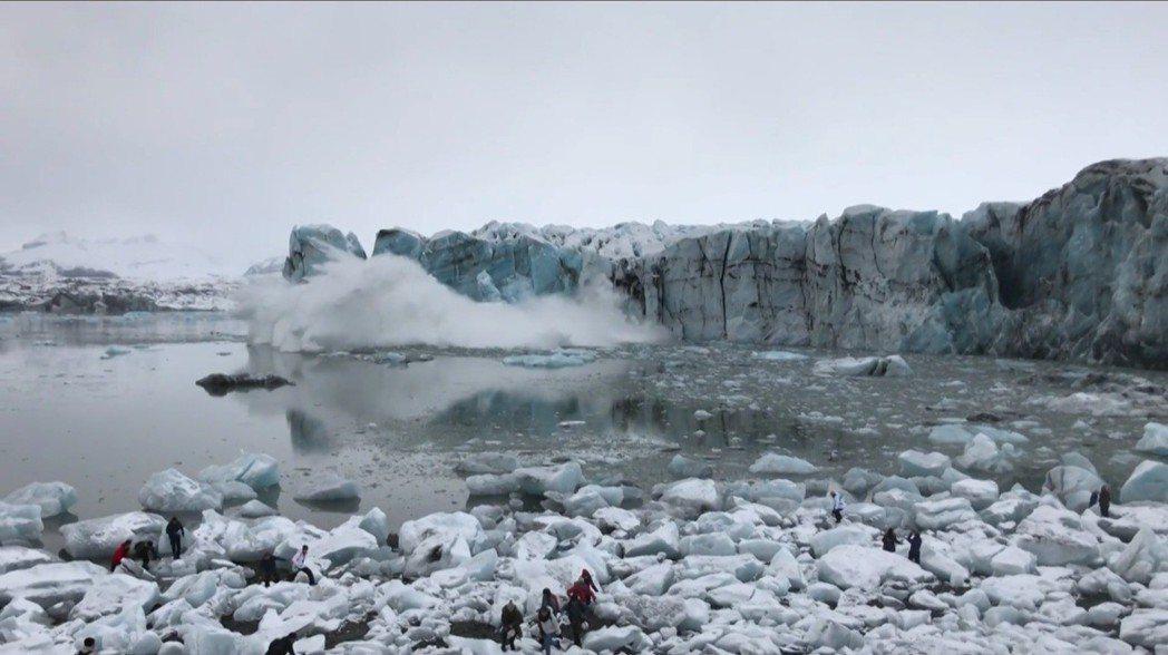 冰島東南的傑古沙龍冰河湖(Jökulsárlón lagoon)31日發生冰崩,...