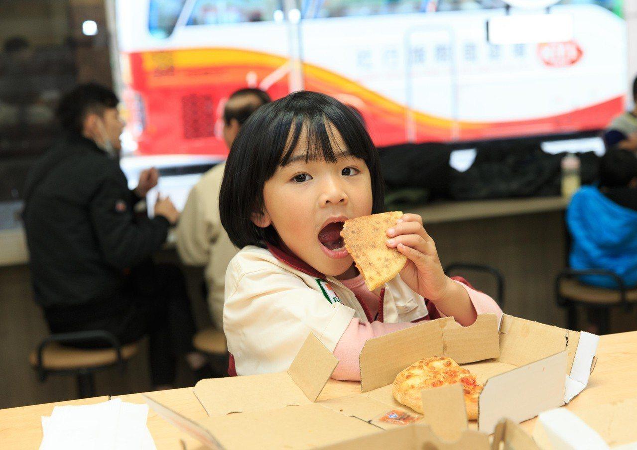 台灣世界展望會所關懷的弱勢家庭孩童受邀到7-ELEVEN化身小小店長。圖/7-E...