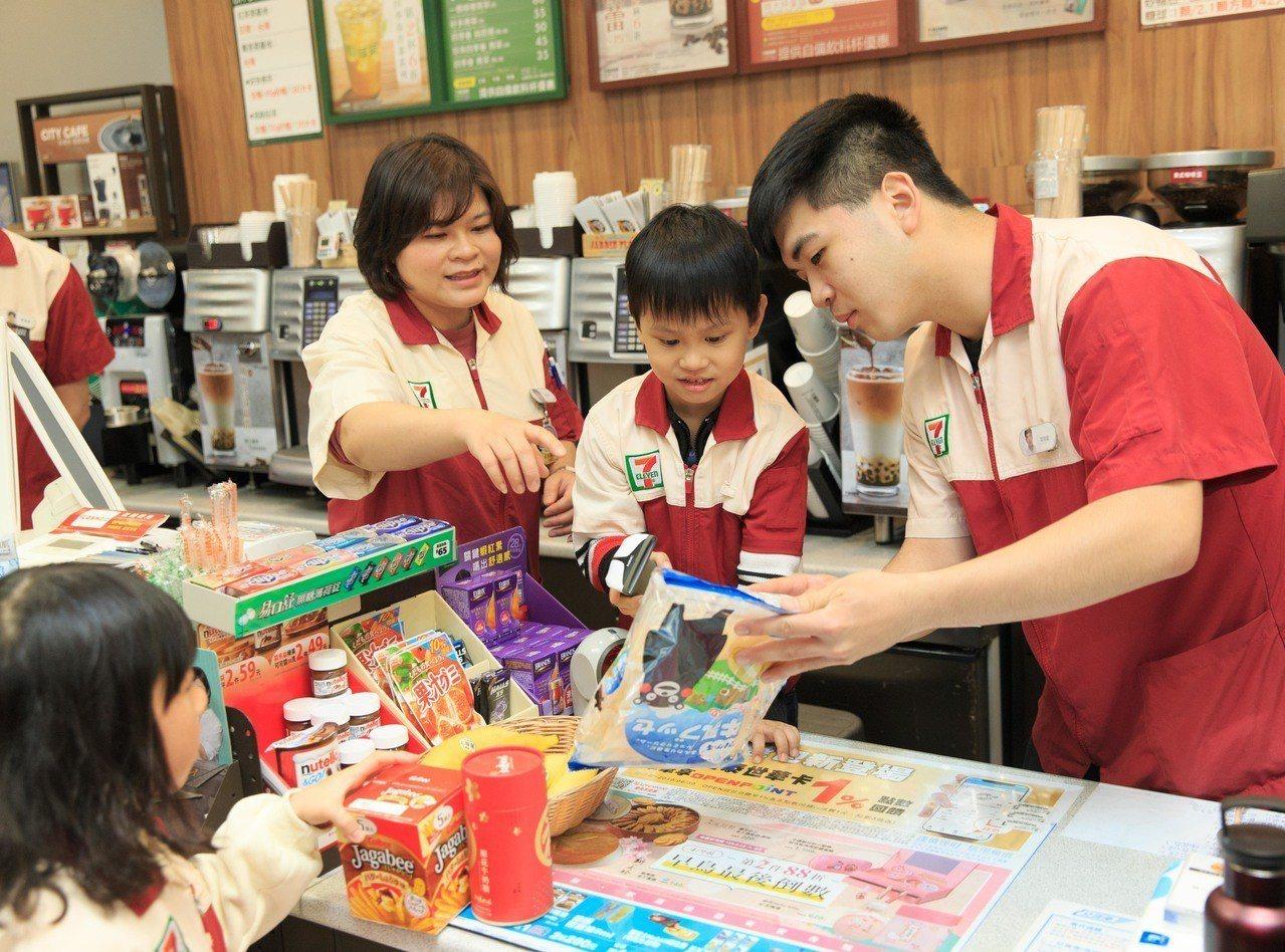 台灣世界展望會所關懷的弱勢家庭孩童受邀來到全台第一間的「7-ELEVEN X 達...