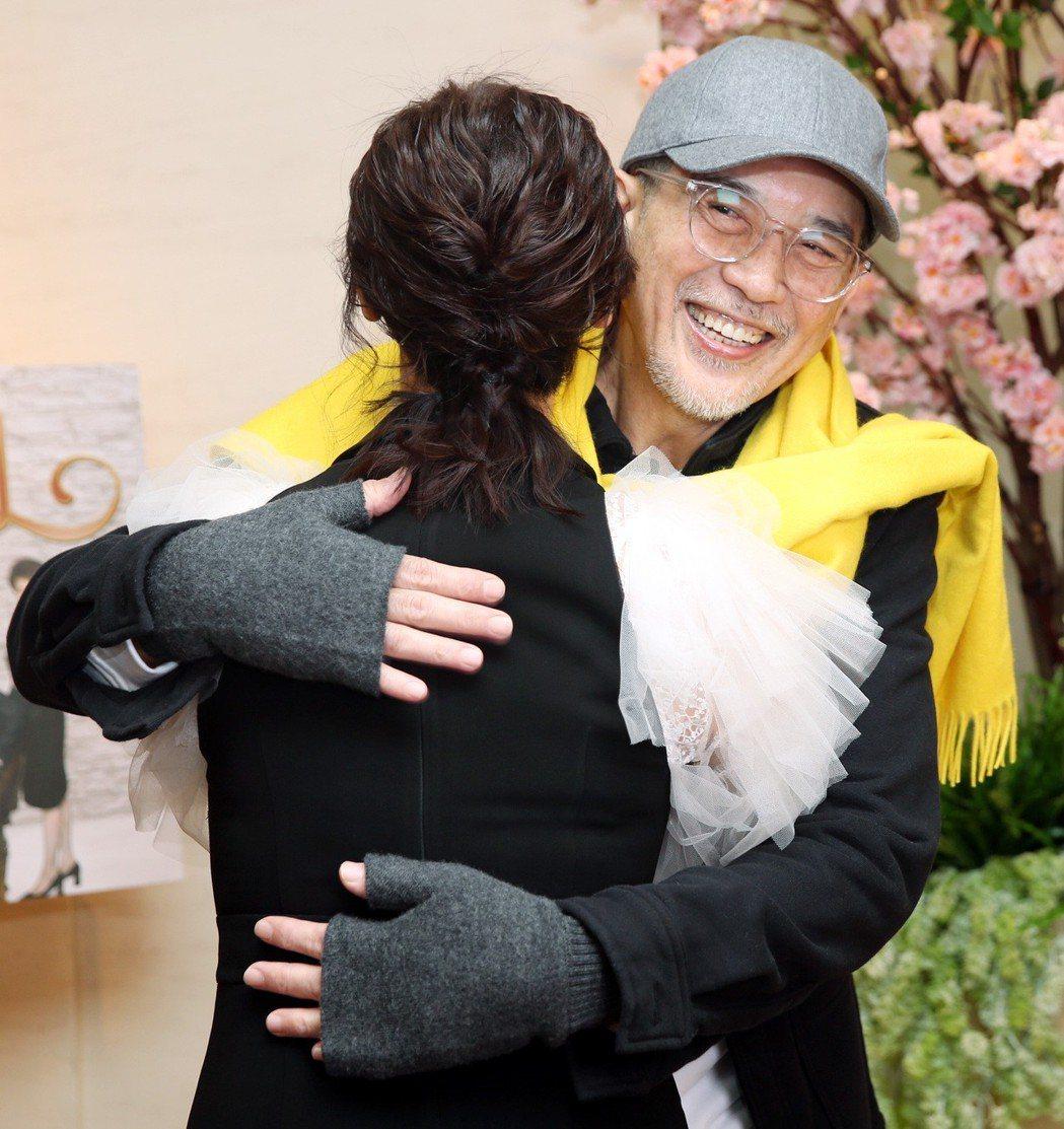 久未在台灣螢光幕前露臉的秦漢(右)與翁虹,同框宣傳新戲,兩人一見面就來個大擁抱。...