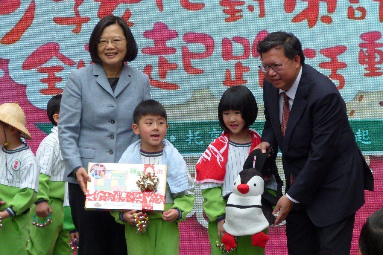 總統蔡英文(左)、桃園市長鄭文燦(右)送幼兒園小朋友兒童節禮物。記者鄭國樑/攝影