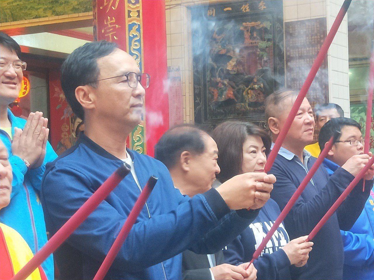 新北市前市長朱立倫今天到基隆慶安宮、奠濟宫參拜。記者游明煌/攝影