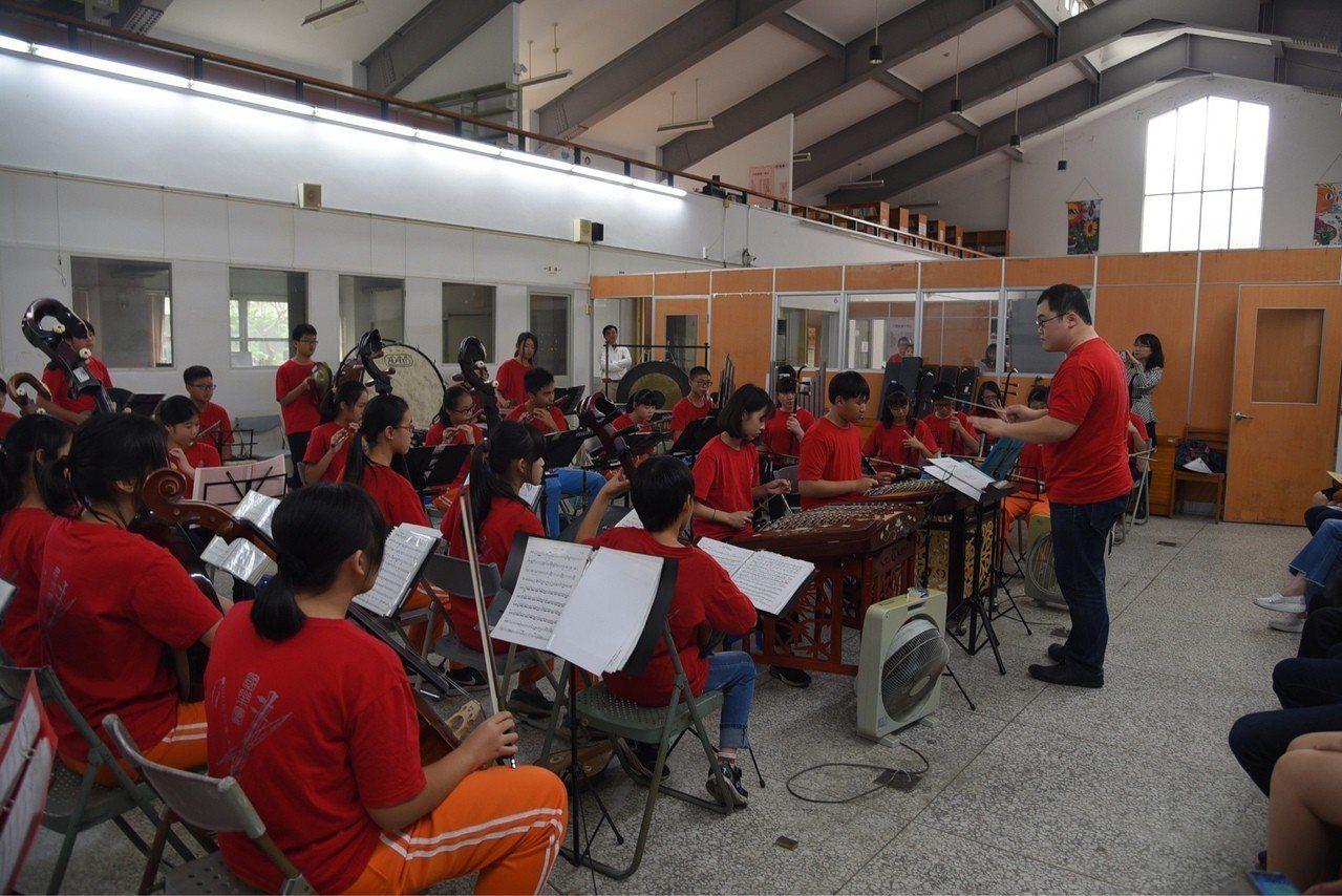 南投國中國樂團刻苦練習國樂演奏,在經費、環境不足的情況下,在全國音樂比賽中拿下第...