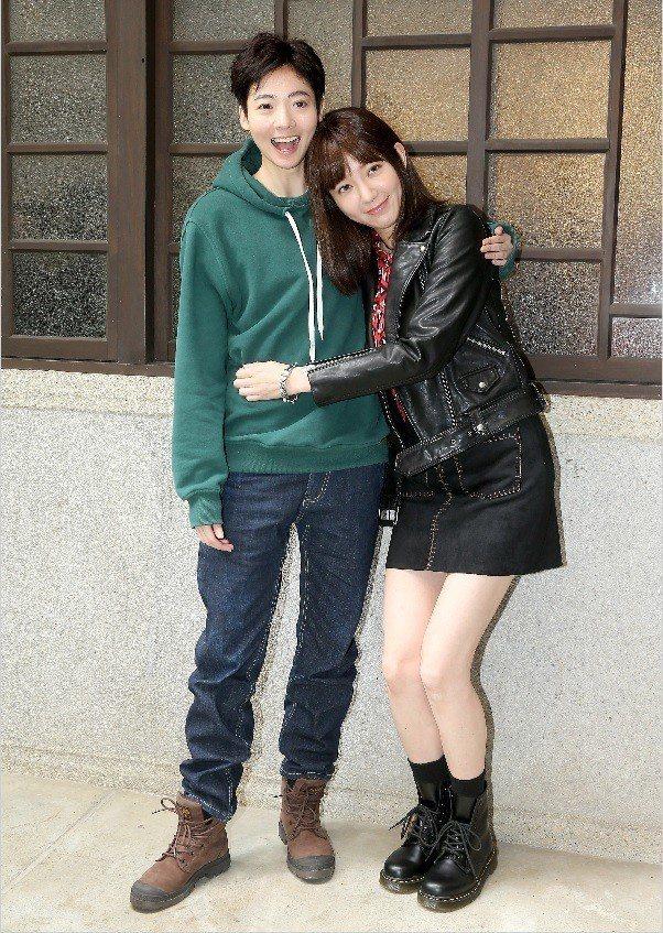 謝沛恩(左)與郭雪芙在「花咲了女孩」演情侶,已開始培養感情戲的默契。記者余承翰/...