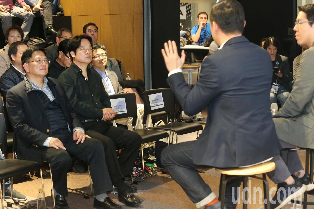 行政院前院長賴清德(左二)出席Echelon新創論壇,聆聽新創產業的未來趨勢,並...