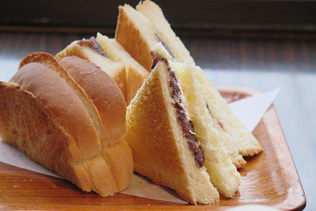 「咖啡處KARASU」招牌的小倉紅豆吐司甜而不膩。圖/業者提供