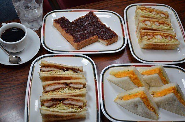 KONPARU店內有多達二十餘種口味的三明治,招牌的「炸蝦三明治」吃得到3大條炸...