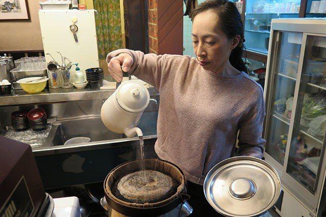 咖啡處KARASU保留經典的咖啡烹煮模式,用大張麻布濾網,一次沖煮出約50杯的量...