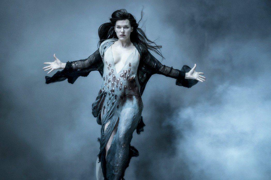 蜜拉喬娃薇琪在「地獄怪客:血后的崛起」造型超性感,胸前開深V且疑似「激凸」。圖/