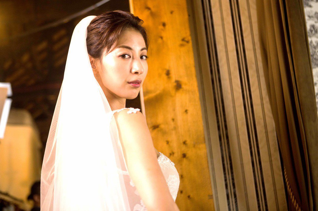 大久保麻梨子客串「我是顧家男」穿上爆乳婚紗。圖/八大提供