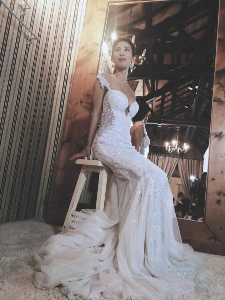 大久保麻梨子客串「我是顧家男」穿上爆乳婚紗。圖/摘自臉書
