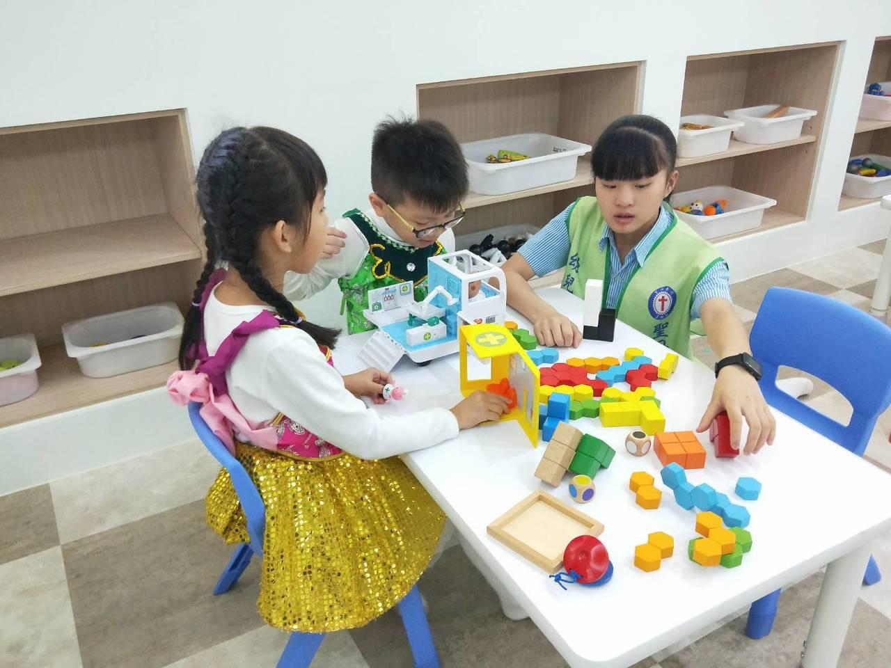 壯圍親子館保育員由聖母醫護管理專科學校提供幼兒保育科專業師資,也提供幼保科學生實...