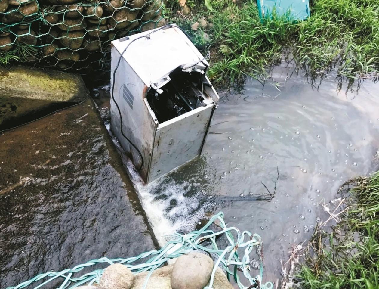 桃園市新屋區一間夜間打烊的超商提款機遭竊,失竊的提款機前天被發現在新竹縣福興溪中...