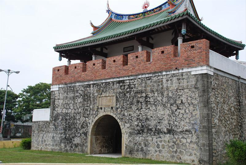 民眾看到的國定古蹟鳳山舊縣城南門城樓,其實是1961年「重建」的樣貌。 圖/高雄...