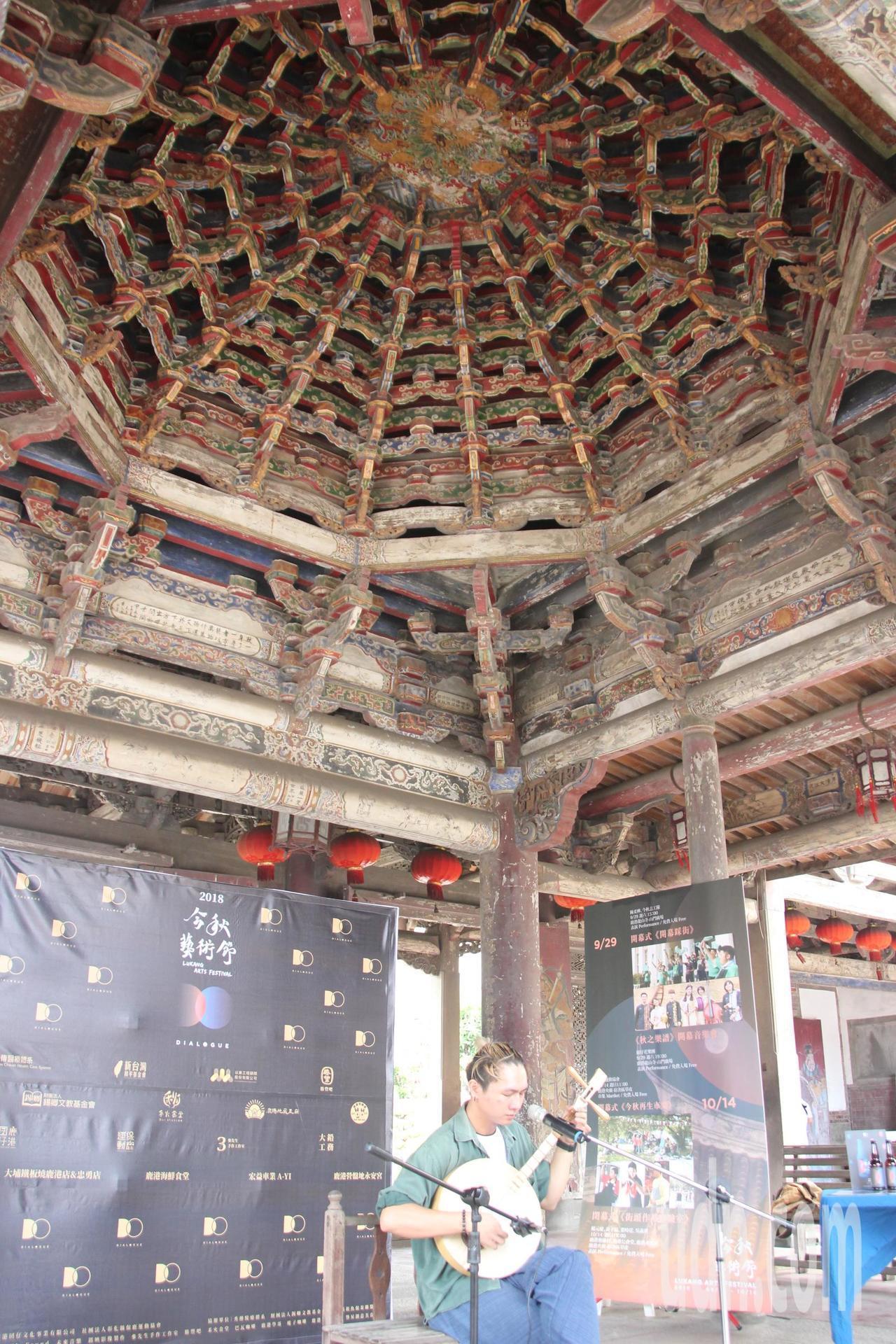 鹿港龍山寺是國定古蹟,八卦藻井木作雕工繁複古色古香。 圖/聯合報系資料照片