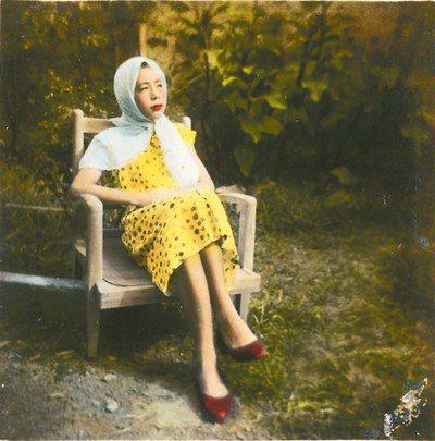 貧窮年代,無甚娛樂,自己設法尋找「小確幸」,1950年讀小學的隱地和鄰居玩起變裝...
